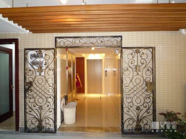 入户电梯的走廊 样板房里的酒窖